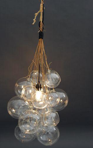 Lampe douille style Muuto (je crois) et autour des boules de Noël liée par du raffia font un abat jour. Good :-)