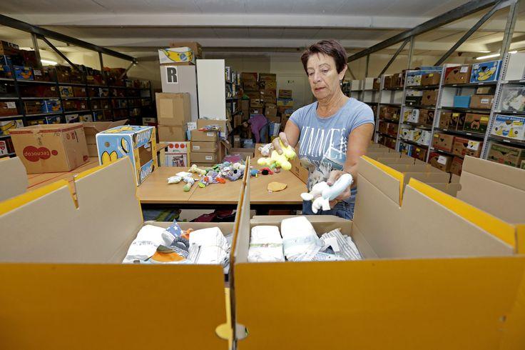 Een vrijwilliger bezig met het samenstellen van babystartpakketten