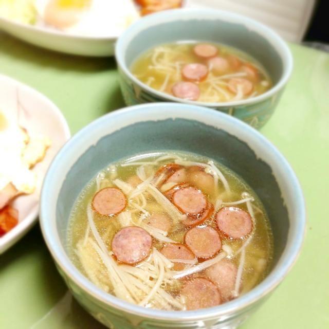 味覇と固形ブイヨン。ソーセージからダシがでるからこれだけでいいんだよ。手抜きだよ。はいはい。 - 2件のもぐもぐ - えのきとコストコソーセージのスープ。 by usaG