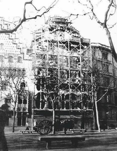 Antoni Gaudí: Casa Batlló under construction (1906, Barcelona)