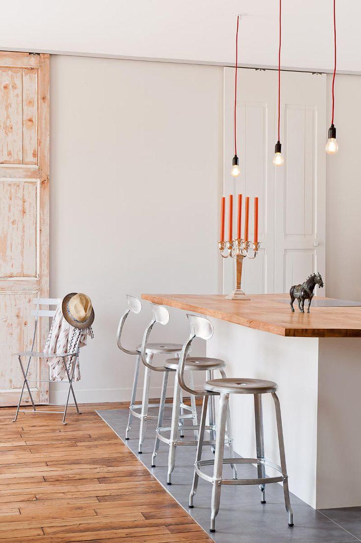 suspensions, loft, bar américain, déco minimaliste, parquet, muriel cibot, www.carnet-interieur.com