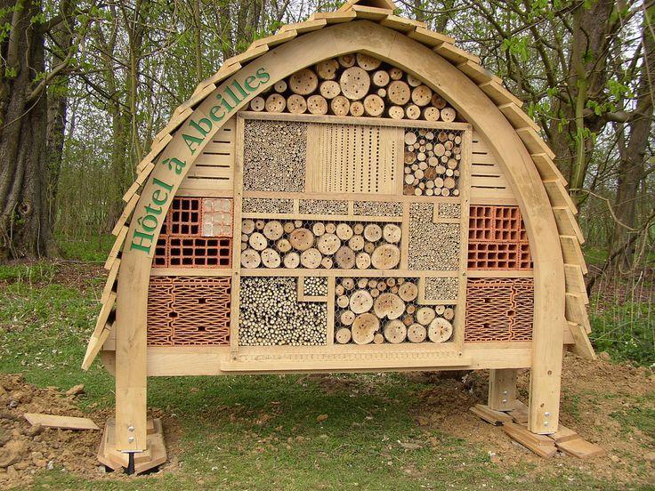 https://flic.kr/p/6cFGdX | Hotel à abeilles solitaires - Bees motel | Il existerait 865 espèces d'abeilles en France. Il y a des abeilles qui ont une vie sociale avec reine et ouvrières. Mais la plupart des abeilles sont solitaires (telle l'Osmie, la Xylocope violacée etc . . . ) Chaque femelle construit son propre nid avec une dizaine de cellules d'élevage : elle garnit chaque cellule de nourriture pour les jeunes, y pond un oeuf puis meurt avant l'apparition de la génération suivante. Ces…