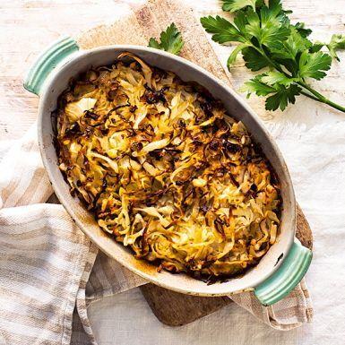Kålpudding är en älskad husmansrätt som aldrig går ur tiden. Kombinationen av mjäll vitkål, blandfärs, sirap, soja, grädde och kalvfond går helt enkelt inte av för hackor. Bjud på klassiskt vis med rårörda lingon till. Kanske även en fräsch grönsallad.