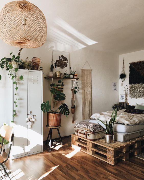 Coole gemeinsame Raumidee: Palettenbett und viele Grünpflanzen. Hinter der Matratze