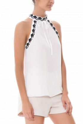 6a0c69fd3a Blusa crepe gola alta com aviamento bicolor e fechamento na nuca com botão.  blusa lisa
