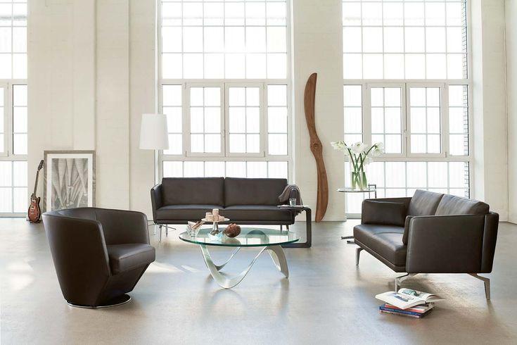 Seine kompakte Bauweise und die schlichte Formgebung machen dieses Sofa zum zeitlosen Objekt für jede Raumgrösse.