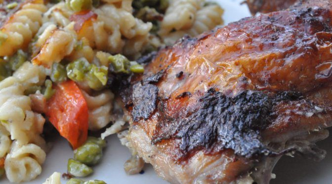 Grillkylling på gratineret pasta med fløde og grøntsager