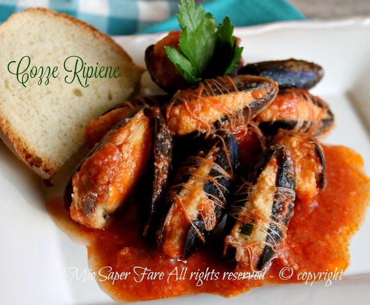 Cozze ripiene al sugo ricetta pugliese,gustoso e prelibato secondo piatto o antipasto.La ricetta della cozze ripieneè facile.Basta un po' di pane raffer