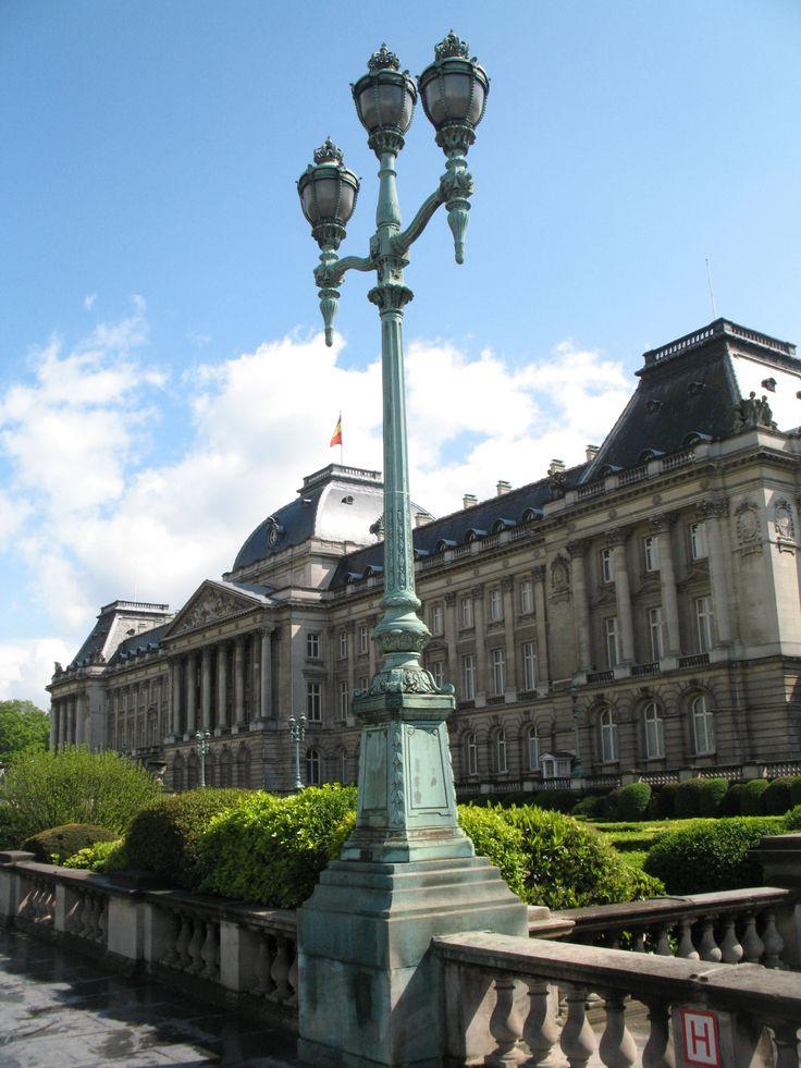 Brussel (Frans: Bruxelles) is de hoofdstad van het Koninkrijk België en tevens de hoofdplaats van zowel de Vlaamse als de Franse Gemeenschap. Dit is het koninklijk paleis.