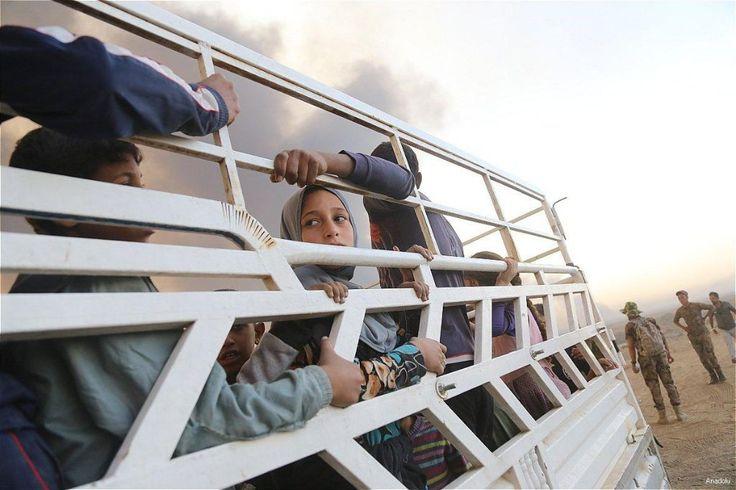 Irak: ISIS gunakan puluhan ribu warga sipil sebagai tameng  MOSUL (Arrahmah.com) - Pasukan ISIS di Irak telah menculik puluhan ribu pria wanita dan anak-anak dari sekitar Mosul dan menggunakan mereka sebagai tameng di kota ketika pasukan pemerintah Irak maju kantor hak asasi manusia PBB mengatakan pada Jumat (28/10/2016).  ISIS telah menewaskan sedikitnya 232 orang pada Rabu (26/10) termasuk 190 orang mantan pasukan keamana Irak (ISF) dan 40 warga sipil yang menolak mematuhi perintah mereka…
