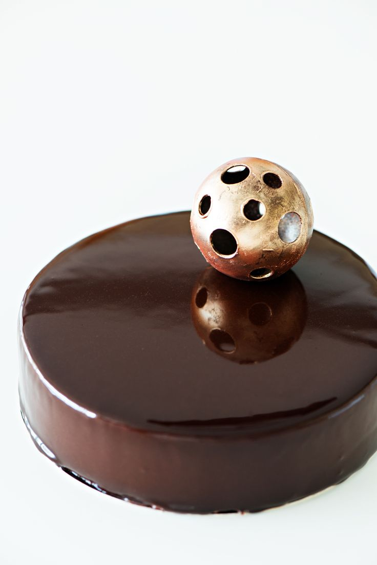 Tarta moderna de chocolate amargo al 70% y naranja con esfera de chocolate. Modern cake with chocolate 70% and orange decorated with a chocolate sphere.