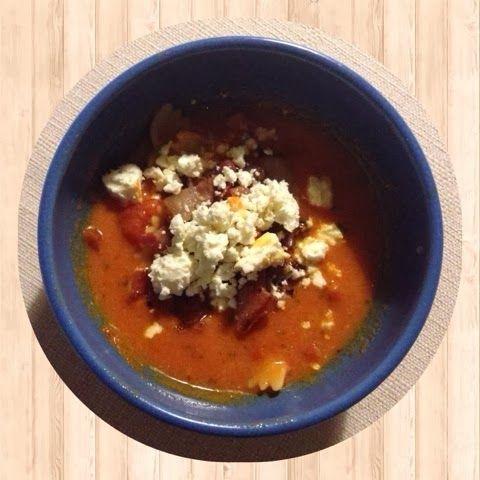 Majas tomatsoppa med pasta, bacon och fetaost.