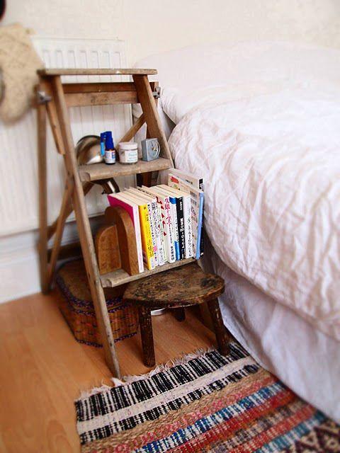 Varför inte använda en fin gammal stege som nattduksbord?