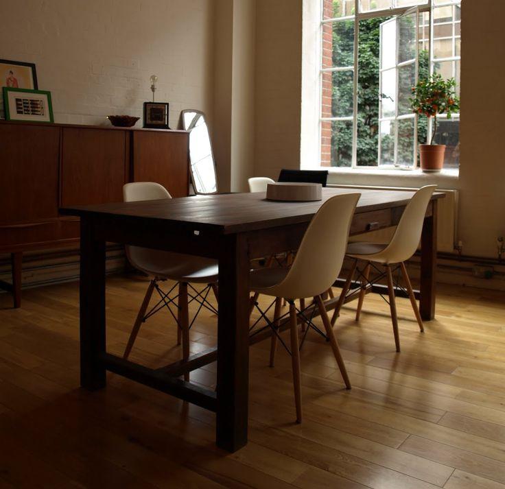 """La sedia DSW Vitra (Dining Height Side Chair Wood) fa parte della famosa linea di sedie Eames Plastic Side Chair disegnate da Charls e Ray Eames. Il progetto nasce nel 1950 e si tratta della moderna reintepretazione di un'altra leggendaria sedia, la Fiberglass Chair. Nata dalla collaborazione con Zenith Plastics per il concorso """"Low-Cost Furniture Design"""" del Museum of Modern Art di New York, è stata la prima sedia in plastica prodotta in serie."""