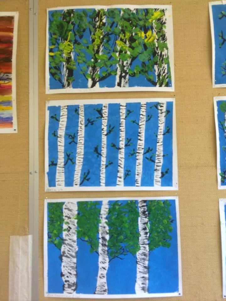 Valkoiselle paperille (A3) sanomalehtisuikaleita sinitarralla kiinni. Töpötellään koko paperi sinisellä pullovärillä. Kun väri on kuivunut, otetaan suikaleet pois. Tehdään oksia mustalla värillä. Tehdään oksiin sormipainannalla keväisen vihreää. Koivun runkoihin vielä mustaa sopivasti. Alkuopettajat FB -sivustosta / Annika Helander Pyykkönen