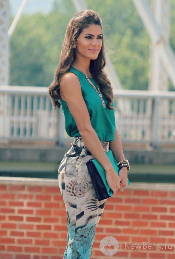 Camila Coelho - calça estampada e blusa lisa. Adoro