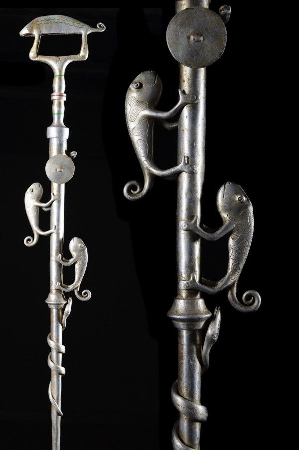 Certains objets (bâtons de pouvoir, sceptres, chasse-mouches,...) sont des attributs exclusifs de la fonction de chef ou de roi, ensemble d'objets que l'on appelle regalia. Ce sont les symboles matériels du p
