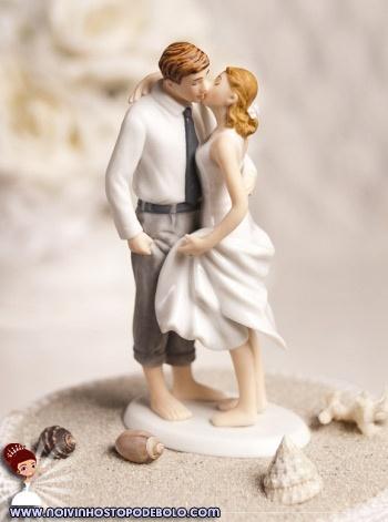 Vocês vão casar na praia? Ou morrem de vontade de fazer o casamento naquela praia maravilhosa? Deixe seu bolo também no clima praiano com esses lindos noivinhos pintados à mão!  www.noivinhostopodebolo.com