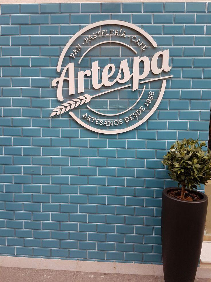 Hoy os presentamos un nuevo proyecto que ha visto la luz hace unas semanas... Se trata de la panadería Artespa en Castellón de la Plana y eligieron la serie de azulejos cerámicos #Bisel en 10x20cm teal brillo.  ¿Os gusta el resultado tanto como a nosotros?