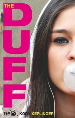 Si un chico se te acerca en una discoteca y te dice algo parecido a: «Eres la Duff del grupo así que, si soy amable contigo, tus amigas querrán acostarse conmigo», lo más lógico es enfadarse. Esa es también la reacción de Bianca que, en cuanto escucha la explicación de la expresión «The Duff», le tira la Coca-Cola a Wesley encima y no quiere saber nada más de él. ¿Quieres saber cómo acaba la historia? #adolescentes #romantica
