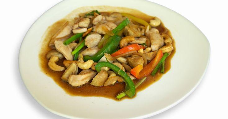 """Em tailandês: """"gai phad met mamuang him mapaan""""   Uma de liciosa mistura de frango, vege tais e castanha de caju, famoso na cozinha ta..."""
