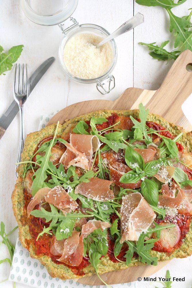 Havermout pizza met spinazie - Mind Your Feed Voor 1 pizza voor 2:  100 gr havermout 2 eieren 100 gr volle kwark 100 gr verse spinazie 1 el oregano 1/2 tl bakpoeder snuf zout peper Voor de topping:  100 ml tomatenpuree 1 bol mozzarella 1 rode ui 4 plakken Parmaham 2 flinke handen rucola Parmezaanse kaas