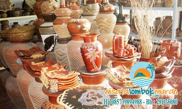 Di Desa Banyumulek Lombok, membuat gerabah merupakan sebuah kemampuan yang diturunkan dari generasi ke generasi. Anda bisa menemui bermacam gerabah dengan varian yang lebih lengkap. Mulai dari ukuran, bentuk, warna, motif hiasan, keunikan, sampai fungsi yang bervariatif. Ada pun Beberapa diantaranya berupa vas bunga pasir, gentong telur, berbagai bentuk celengan, cas gepeng, adik-kakak ukir asam, kap lampu, hiasan dinding, dan lain sebagainya.  Ayo kunjungi segera bersama…