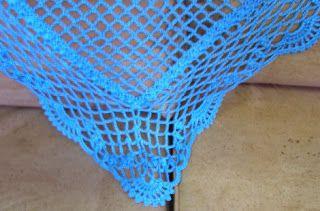 A Punto de Red . Patrones: Chal-Pico a crochet en seda azul pavo real Free