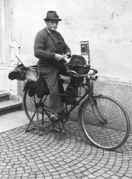 Arrotino al lavoro con bicicletta