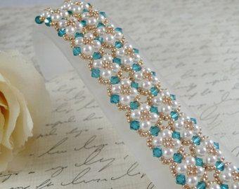 Artículos similares a Tejido Swarovski perlas pulsera nupcial en Etsy