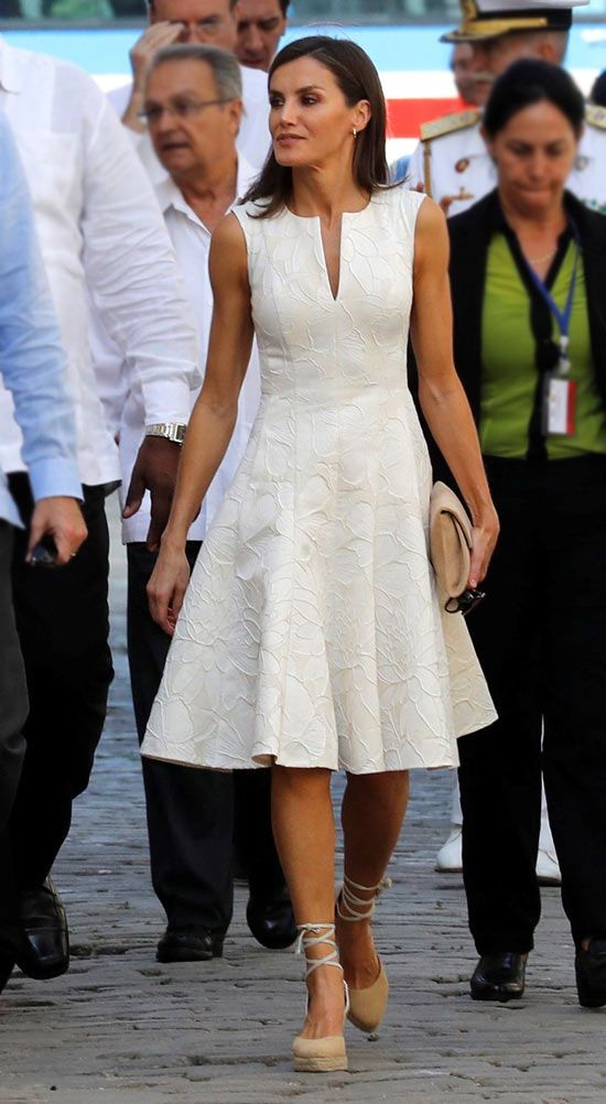 12 November 2019 - State visit to Cuba (day La Havana vieja - dress by Carolina Herrera, shoes by Mint & Rose Office Outfits Women, Summer Outfits Women, Queen Fashion, Royal Fashion, Dresses For Teens, Club Dresses, Professional Summer Outfits, Vestidos Carolina Herrera, Parisian Chic Style