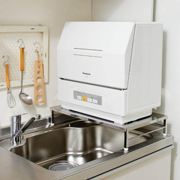食洗機の設置スペースが足りなくて食洗機購入を諦めていた方に、シンク上に設置できる食洗機ラックです安心の耐荷重、約60kg!ぴったりサイズでお使いいただける幅45.2~55cmの伸縮式です。食洗機プチ幅47(脚41.1)・奥行30(脚25.4)cm~一般用のものまで対応します。本体高さは約10cm、食洗機に高さを加え、手洗いの時に食洗機にかかる水はねを軽減、アジャスターは1cm程度調整できるので溝にも対応、また分岐水栓も避けて設置できるのでマンションなど手狭なキッチンでも安心です。もちろんカウンター上などにも設置でき、下部スペースを有効活用できます。(検索用)03z517■商品サイズ/幅45.2~55・奥行31.4・高さ10.1cm・重量1.7kg■品質/〔本体〕スチール〔天板〕ステンレス●日本製※メーカーお届け品※日時指定不可