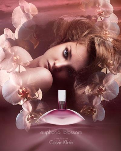 Calvin Klein Euphoria Femme Blossom, narin bir çiçeğin açışından esinleniyor. Euphoria Blossom, çiçeksi, modern, saf ve berrak kokusu ile tutkulu kadınların vazgeçilmez tercihi… CK Euphoria Notaları: Üst notalarda oryantal, nar, Trabzon hurması, orta notalarda, buğulu lotus baharı, champaka çiçeği, siyah orkide, gür yeşil akorlar, alt notalarda sıvı amber, maun içeriği ve krem akoru içerir.