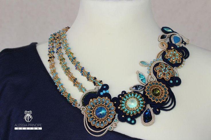 Collana realizzata mediante l'utilizzo di due tecniche (soutache e tessitura di perline) con componenti swarovski, perline di precisione giapponesi con finitura oro permanente nel tempo e altre perline ceche.