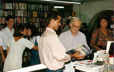 Com Paulo Autran, no lançamento do livro Técnicas de Pintura, na livraria Cultura de SP, Avenida Paulista, 1995.