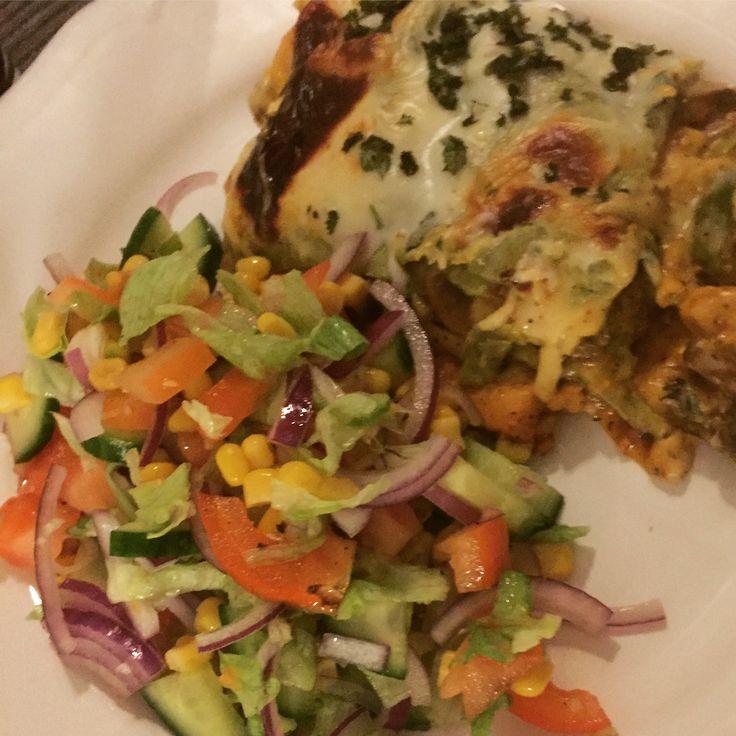 Kycklinglasagne med fajitas, färska champinjoner, grön paprika, vitlök, bechamel och mozzorella. Toppad med finhackad persilja. Tillsammans med en god blandsallad på isbergssallad, gurka, majs, tomat & röd lök🥒🌶🥘🌱🍀👨🍳🍽🍴😍❤👨👩👧🔪🧀🍅🥄🐓🐔🇸🇪🇪🇸🇮🇹🇲🇽  #fredagsmys #lasagne  #kyckling #fajitas #mozzorella #masseskök #maceingkitchen #minatjejer  #foodporn #myspys #matblogg #matporr #middagstips #mat #middag #lunch #lunchtips #KingofHashtags