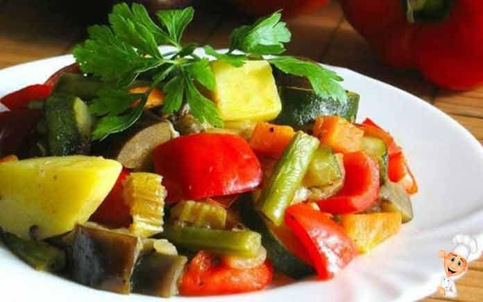 Овощное рагу с капустой и кабачкамиможно готовить как летом, так и осенью. Нежное овощное рагу из кабачков и капусты с морковкой - витаминное, малокалорийное.