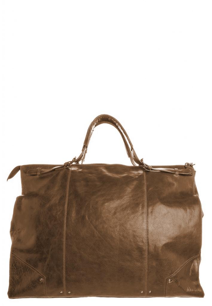 And 307, lederen weekendtas met 2 hengsels  tas wordt afgesloten met een rits en 2 gespen. Kijk voor de kleuren van de tas bij de stalen en selecteer je kleur bij style it, de kleur van de tas verandert dan mee. De binnenkant is zelf samen te stellen bij customize it.    H: 39cm, l: 50cm, W: 19cm