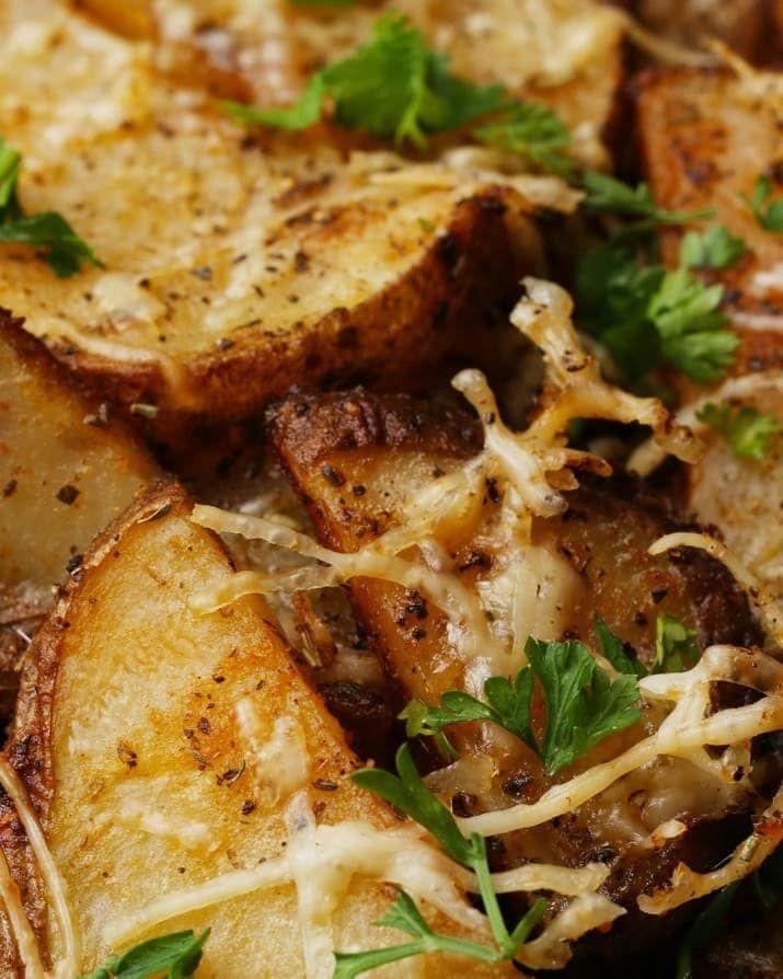 Rendimento: 4-6Você vai precisar de:3 batatas cortadas em pedaços2 colheres de sopa de manteiga100g de queijo parmesão ralado1 colher de sopa de alho picado1 colher de sopa de alecrimSal a gostoPimenta a gostoModo de preparo:1. Preaqueça o forno a 180° C.2. Coloque as batatas em uma tigela grande, adicione a manteiga e mexa.3. Adicione o parmesão, o alho, o alecrim, o sal e a pimenta. Misture bem.4. Espalhe as batatas em uma assadeira. Leve ao forno por 60 minutos, virando a cada 15…