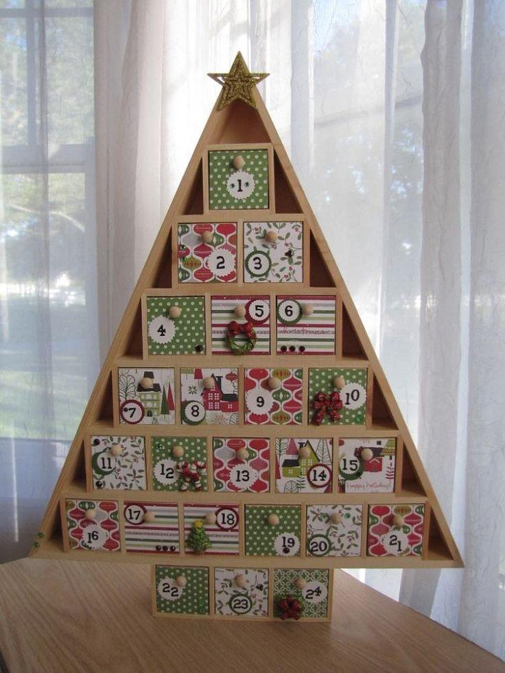 un calendrier de l'Avent en forme de sapin en bois rempli de boîtes cadeaux