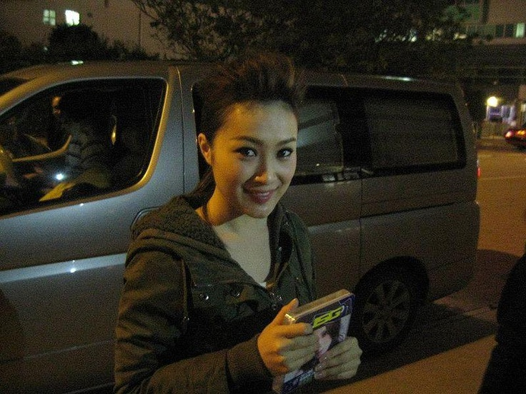 A young Chinese pop star lost her life early Wednesday, losing control of her vehicle and crashing into a central divider on Hoi Po Road.