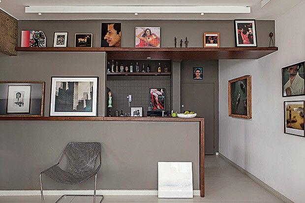 Integração | O arquiteto cobriu o balcão, que separa a sala da cozinha, com a prancha de imbuia que começa no chão e continua pela parede, f...