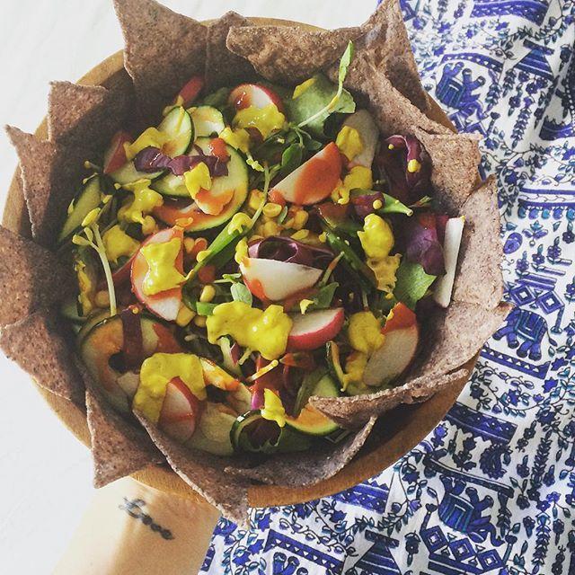 Salad time 🌱 #radish #lettuce #corn #sugarsnappeas #snowpeasprouts #redcabbage #siracha #tumericcashewcheese #cornchips