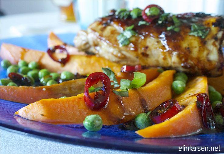 Stange kyllinglår med søtpotetbåter med chillisaus