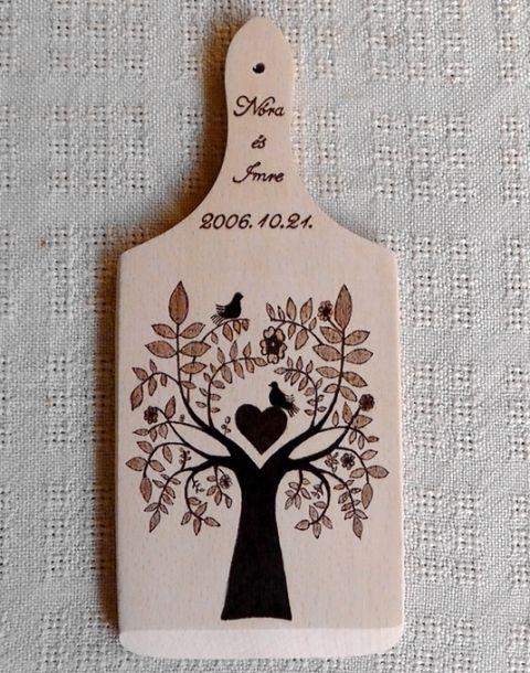 Esküvői emlék I.- Névre szóló,égetett vágódeszka,madárkás,fás,szíves,népi motívummal, Esküvő, Magyar motívumokkal, Férfiaknak, Konyhafelszerelés, Tartós,különleges emlék esküvőre,házassági évfordulóra.Maradandó dísze lehet a konyhána..., Meska
