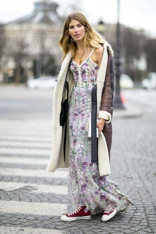 Flechazo ELLE... con este look con vestido brocado con seda, Converse y abrigo largo de borrego.