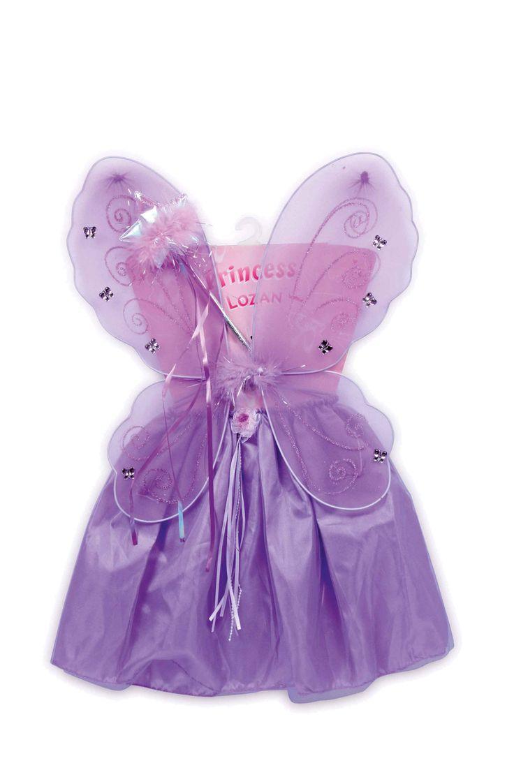 """Zoals uit een sprookje, zo lijkt dit lichtblauw-paars kostuum, bestaande uit satijn-tule rok met kleine ruche-roos, toverstaf met glitterpunt en prachtige feeënvleugels met glinsterende vlinders. """"Parelkettingen"""" en zacht glanzende banden sieren rok en toverstaf."""