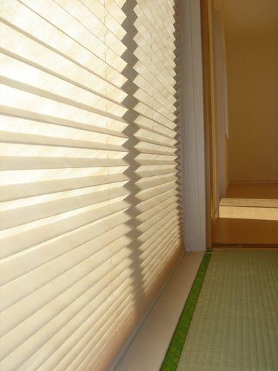施工例詳細 内障子の代わりに和紙調のプリーツカーテンを採用。上下にスライドさせて調光でき、和室もモダンな雰囲気に。