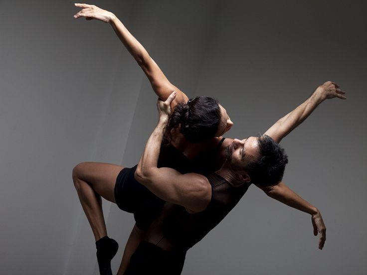 """No domingo, 18, o espetáculo """"A Dança, o que é isso?"""", coreografado e dançado por Roberto de Oliveira e Andrea Maciel, será realizado na Arena Carioca Dicró, às 18h e às 20h, com entrada gratuita."""