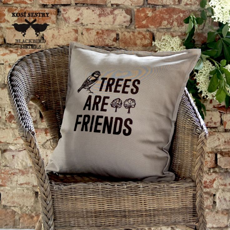 TREES ARE FRIENDS ... béžový povlak na polštář Stromy jsou přátelé... přátelé ptáků, zvířat, lidí...krásné bytosti, poskytují nám víc, než si v každodenním životě uvědomujeme... Snad každý máme oblíbený strom, možná bychom o něm mohli mluvit jako o příteli... Tahle slova by měla být, velkým písmem, natištěna na krabcích a obalech motorových pil :)... ...